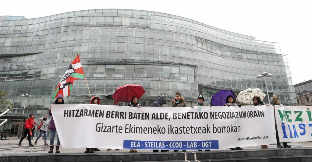 Concentración de los trabajadores de la concertada en huelga en Bilbao.