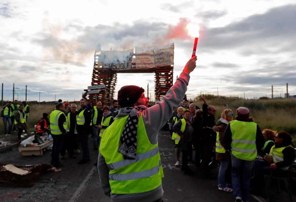 Manifestantes de los chalecos amarillos bloquean el acceso a una refinería de petróleo de Frontignan (Francia), en diciembre.