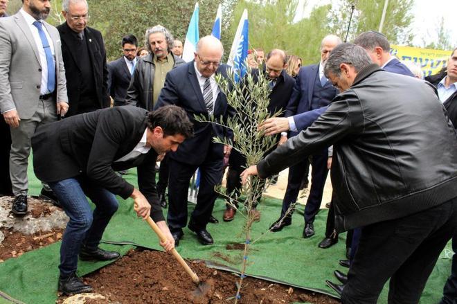 """Autoridades israelíes y argentinas en el """"Parque de la Amistad entre Argentina e Israel"""", en homenaje a Alberto Nisman."""
