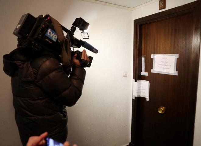 Un cámara de televisión graba la puerta del domicilio donde fue...