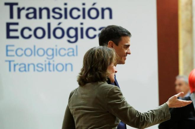 El presidente del Gobierno, Pedro Sánchez, junto a la ministra Teresa...