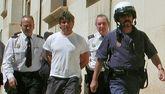 Agentes de la Policía Nacional llevan detenido en 2003 a José Javier...