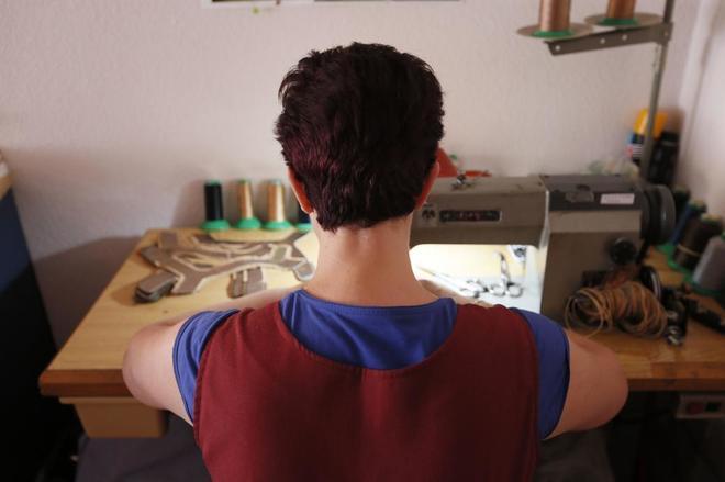 Una aparadora trabajando en su casa de Elche