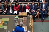 Jeremy Corbyn, en el centro de la bancada, escuchando a Theresa May,...