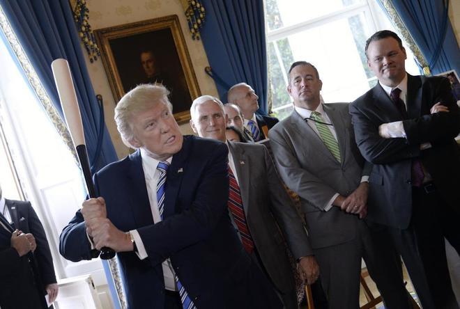 El presidente de EEUU, Donald Trump, con un bate de béisbol en la Casa Blanca.