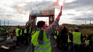 Manifestantes de los 'chalecos amarillos' bloquean el acceso a una...