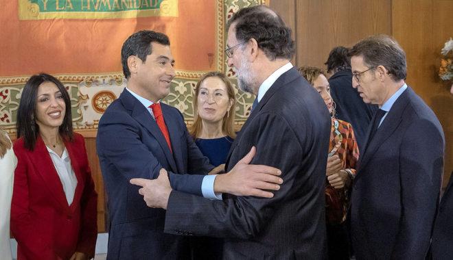 El presidente de Andalucía, Juanma Moreno, saluda al ex presidente del Gobierno Mariano Rajoy en el día de su investidura