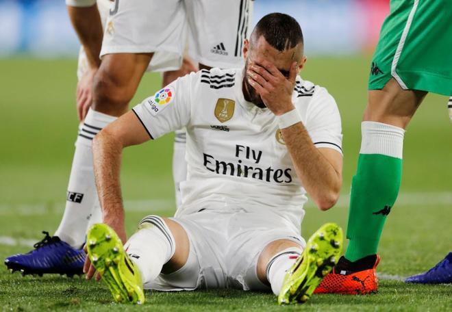 Karim Benzema se lamenta en el suelo tras romperse el dedo meñique, en Sevilla.