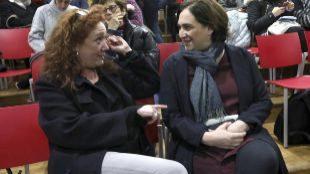 Cristina Fallarás y la alcaldesa Ada Colau en la presentación de los...