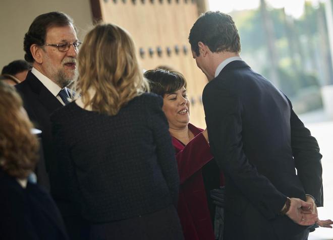 Rajoy y Sáenz de Santamaría conversan con Pablo Casado este viernes en el Parlamento andaluz.
