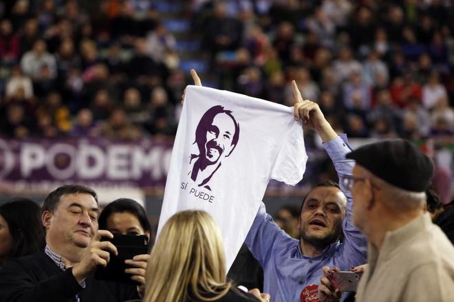 Un simpatizante de Podemos muestra una camiseta de Pablo Iglesias en...