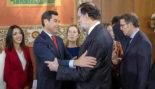 El presidente de Andalucía, Juanma Moreno, saluda al ex presidente...