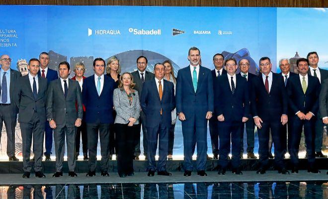 El Rey, Felipe VI, ayer en Alicante con el presidente Puig, y otros dirigentes políticos y empresariales en el acto del aniversario de la CEV .