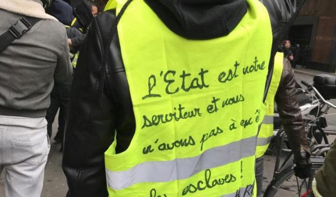 """Un """"chaleco amarillo"""" en una de las protestas programas por este colectivo todos los sábados."""