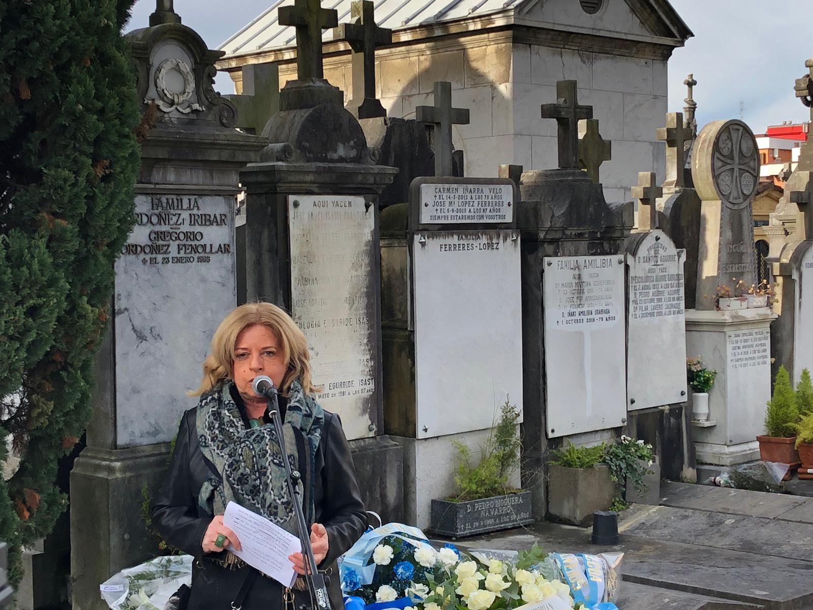 La presidenta de COVITE, Consuelo Ordóñez, durante su intervención en el cementerio de Polloe.