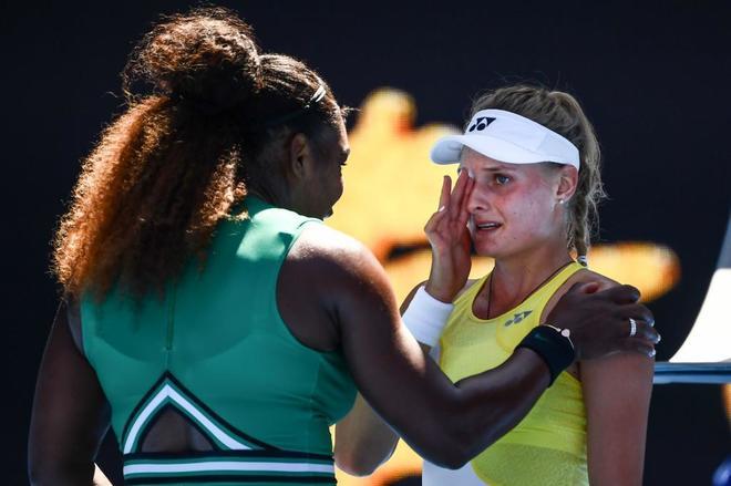 Serena consuela a Yastremska, tras derrotarla en el Open de Australia.