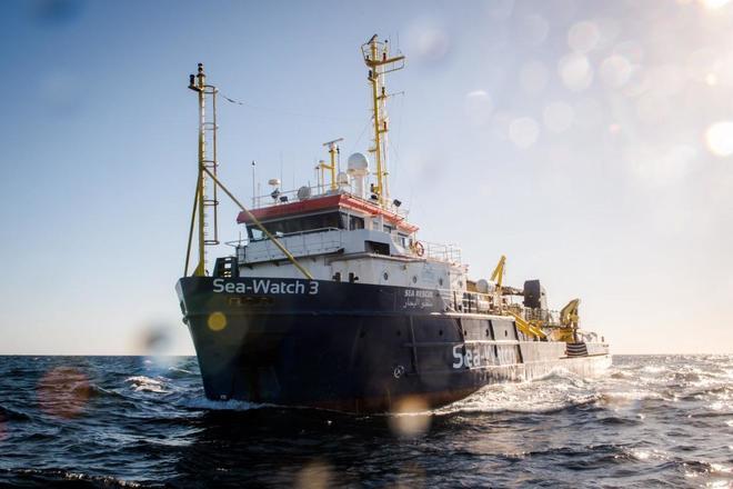 El barco de la ONG Sea-Watch, el único que permanece en la zona.