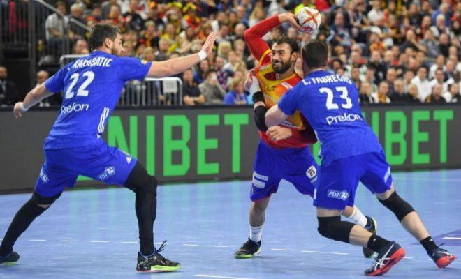 Dani Sarmiento, frenado por Luka Karabatic y Ludovic Fabregas.