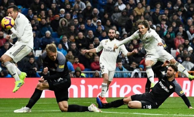 Modric dispara a la portería de Vaclik tras superar a Sergi Gómez.