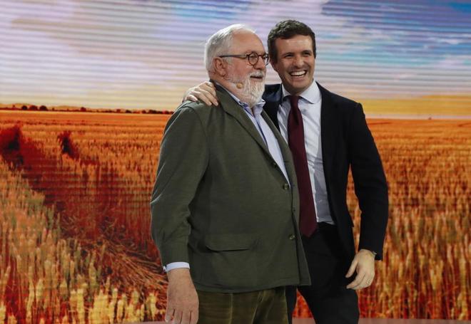 Pablo Casado, junto al comisario europeo Miguel Arias Cañete.