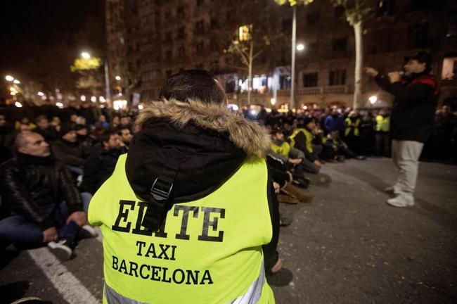 Los taxistas deciden en asamblea continuar la huelga y permanecer...