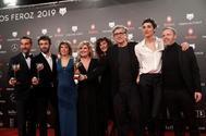 El equipo de 'El Reino' con el premio a la mejor película dramática.