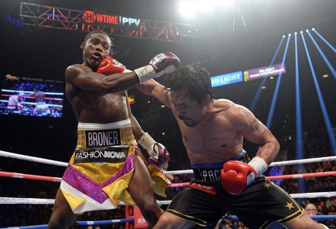 Manny Pacquiao (dcha.) y Adrien Broner durante un partido de boxeo por...