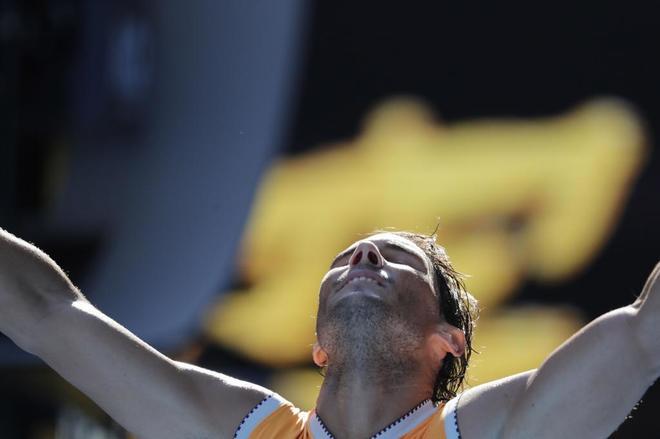 Rafael Nadal de España celebra su triunfo ante Tomas Berdych de la República Checa durante su partido individual masculino de la cuarta ronda en el torneo de tenis Grand Slam del Abierto de Australia en Melbourne, Australia.