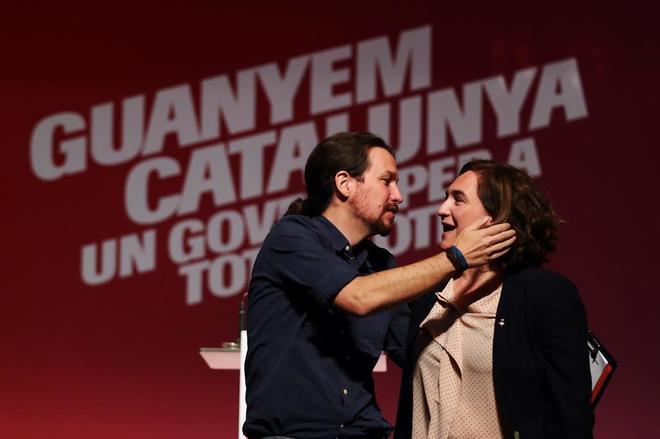 La alcaldesa Ada Colau y el líder de Podemos Pedro Iglesias en un acto de la campaña electoral.