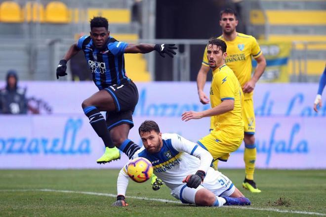 Duvan Zapata (izda) marca uno de sus cuatro goles ante el Frosinone.