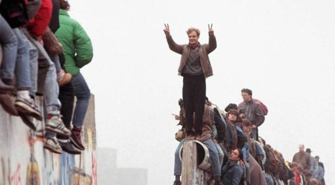 Berlineses encima del Muro en 1989.