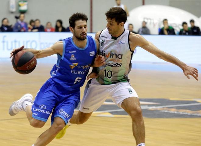 Bruno Fitipaldo (i), del Burgos, y Nico Laprovittola (dcha),  del Joventut.