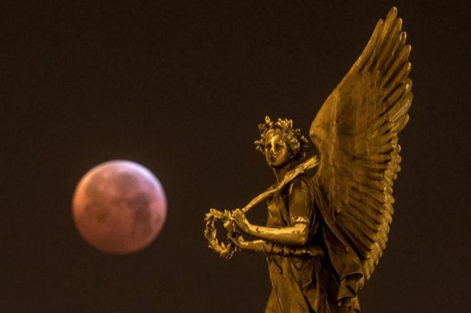 Imagen del eclipse lunar visto desde Praga