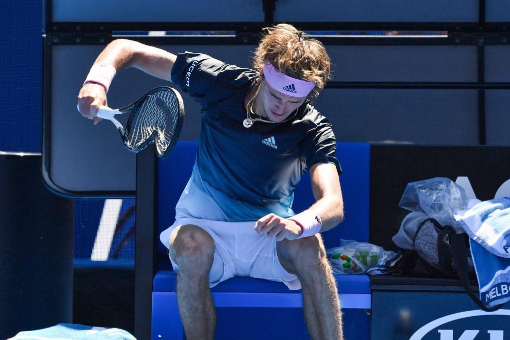 Alexander Zverev golpea su raqueta contra el suelo de la pista del Open de Australia.