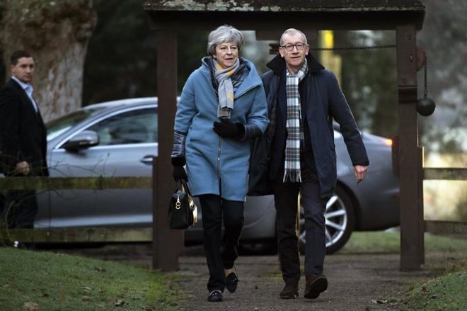 La 'premier' Theresa May y su marido Philip acuden a la iglesia en High Wycombe (Reino Unido).