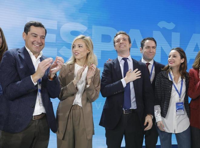 Pablo Casado, con su esposa, Juan Manuel Moreno, Teodoro García y Andrea Levy, en la Convención del PP.