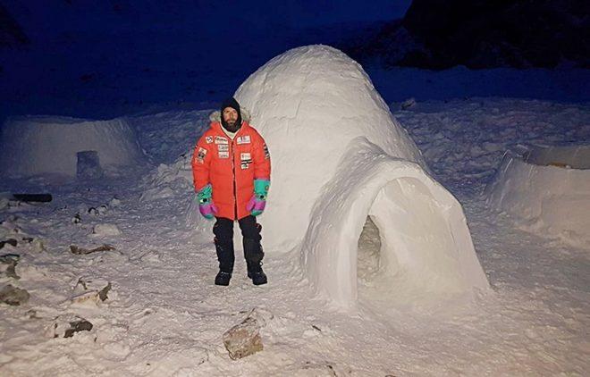 Alex Txikon, delante de un iglú.