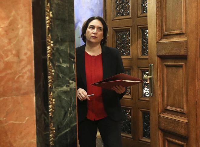 La alcaldesa de Barcelona, Ada Colau, en un pleno del Ayuntamiento.