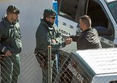 José Roselló, padre de Julen, saluda a un guardia civil, ayer, en...