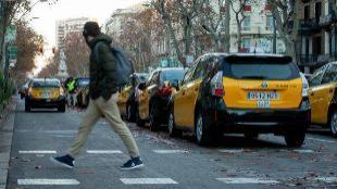 Taxis estacionados en la Gran Via de Barcelona, en señal de protesta.
