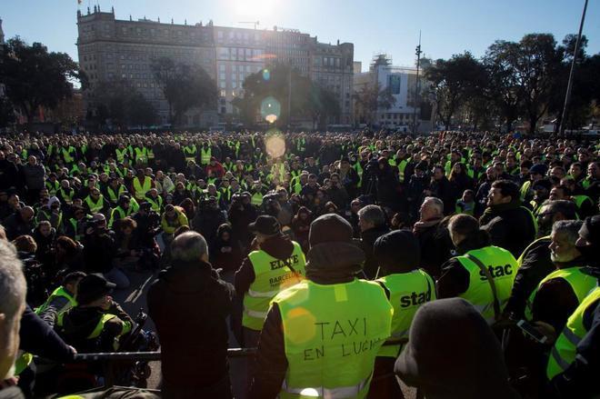 Vista general de la asamblea que los taxistas han celebrado en la...