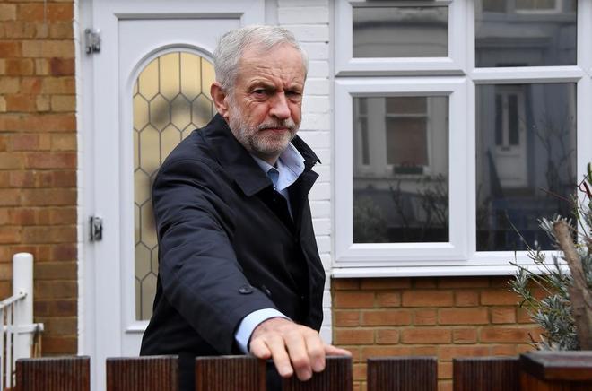 El líder de los Laboristas, Jeremy Corbyn, abandona su residencia en Londres, ayer.