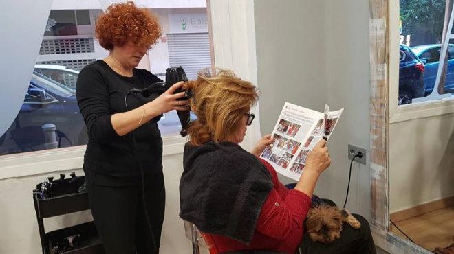 La dueña de un perro, en la peluquería con su mascota.