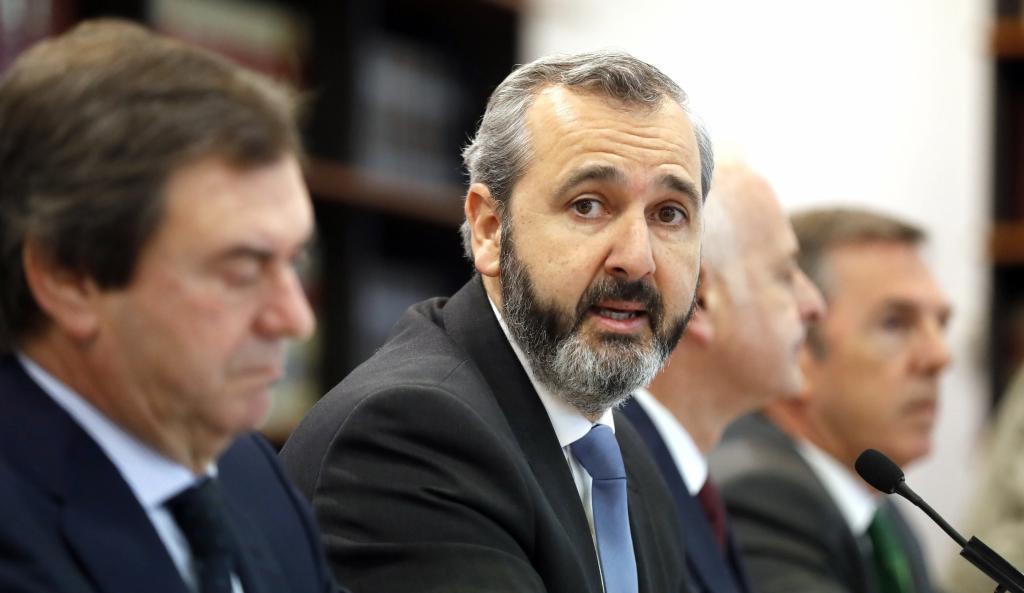 En el centro, Iñaki Garcinuño, presidente de la patronal vizcaína.