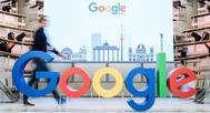Un empleado camina junto al logotipo de la multinacional estadounidense Google en Berlín, Alemania