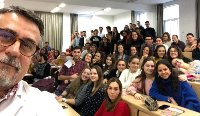 'Selfie' del profesor Alfredo Corell y sus alumnos de la Universidad de Valladolid.