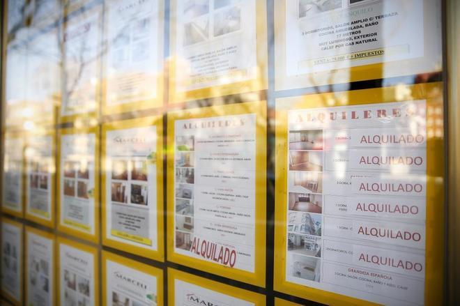 Carteles de alquileres en el escaparate de una inmobiliaria en Madrid.