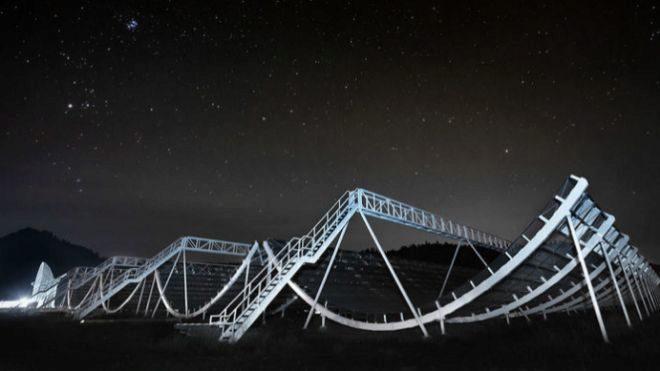El telescopio CHIME, en Canadá, que detectó las FRB que han causado revuelo.