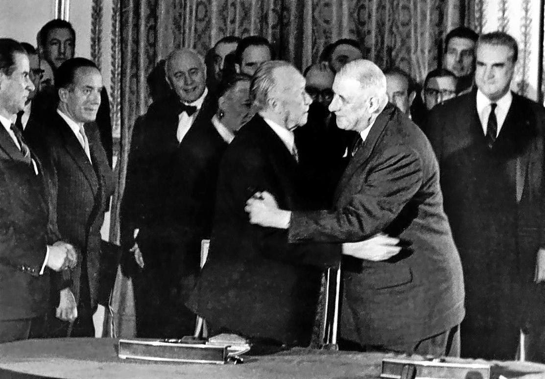 El general  Charles de Gaulle y el canciller alemán Konrad Adenauer firman el Tratado de Cooperación franco-alemán en el palacio del Elíseo.
