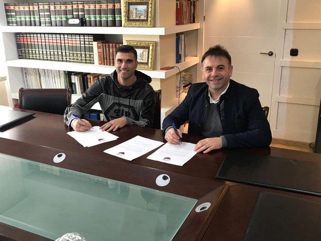 José Antonio Reyes firma su contrato con el Extremadura.